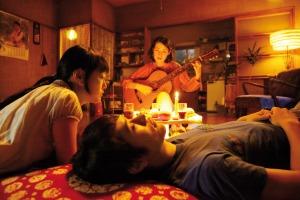 Detailgetreu komponierte Einstellungen dieser Art sind typisch: Naoko und Toru lauschen dem Gitarrenspiel von Reiko (Reika Kirishima)